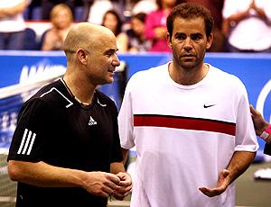 Andre Agassi e Pete Sampras em jogo exibição