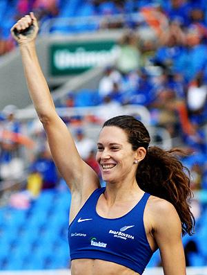Fabiana Murer comemora no GP Brasil de atletismo no Engenhão