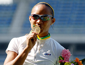 Keila Costa beija medalha no GP Brasil de atletismo