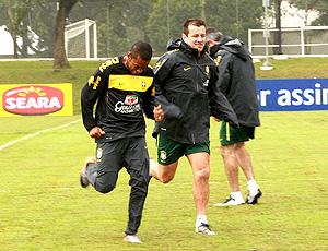 Dunga e Robinho no treino do brasil