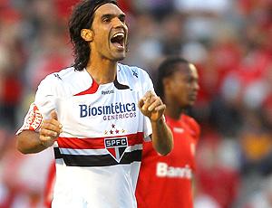 Fernandão comemora gol do São Paulo sobre o Internacional