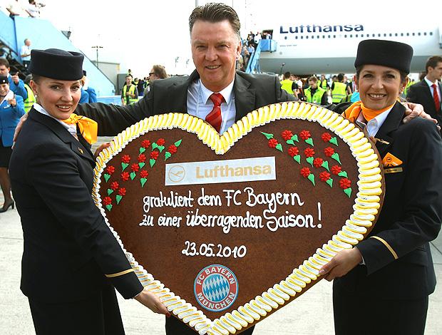 Louis van Gaal, técnido do Bayern de Munique, é recebido com  presente