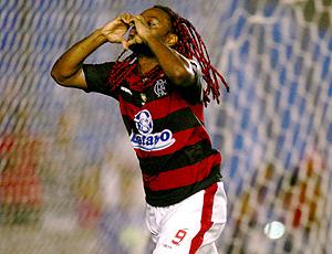 vagner Love comemora o gol do Flamengo sobre o Grêmio Prudente