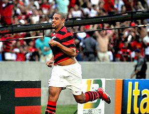 Adriano comemora gol pelo Flamengo na estreia contra o Atlético-PR (Foto: André Durão / Globoesporte.com)