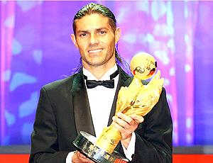 Marquinhos Cambalhota com o troféu de melhor jogador da J League em 2008 (Foto: Divulgação)