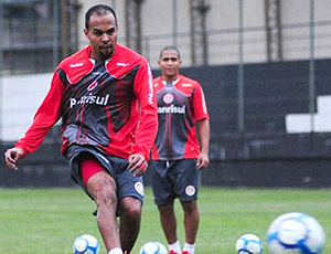 Alecsandro no treino do Internacional