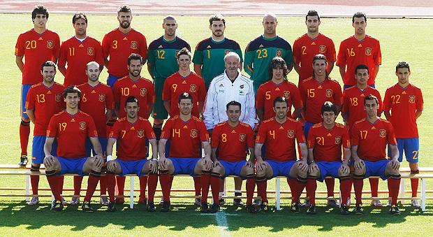 d62cc7edf2 FOTO  Espanha posa com seu novo uniforme para a Copa do Mundo ...