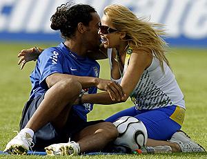 Ronaldinho gaúcho é abraçado por torcedora durante preparação da  seleção