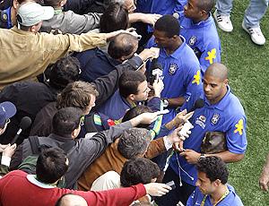 Jogadores do Brasil dão entrevista em Weggis, 2006