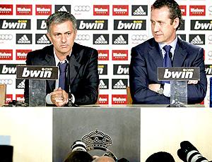 José Mourinho ao lado de valdano na coletiva de imprensa do Real Madrid