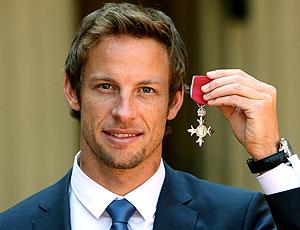 Jenson Button recebe medalha da Rainha