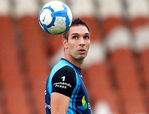 Fernando Prass observa a bola