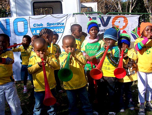 Crianças com suas Vuvuzelas