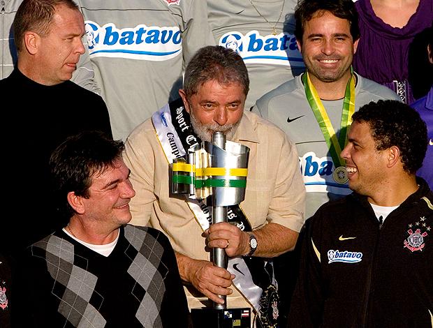 Andres Sanchez ao lado de Lula e Ronaldo com a taça da Copa do Brasil (Foto: Agência Estado)
