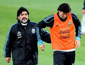 Maradona e Diego Milito (Foto: Reuters)