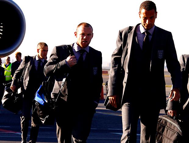 Rooney e Rio Ferdinand, da seleção da INglaterra, desembarcam na África do sul