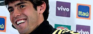 Kaká com a bola da Copa do Mundo durante coletiva