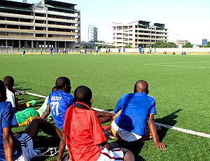 Crianças observam treino de Marcio Maximo Tanzania