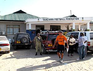 Marcio Maximo na porta da federação da Tanzania de futebol