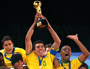Lucio com a taça da Copa das Confederações