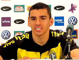 Lucio, zagueiro do Brasil, durante a coletiva de imprensa