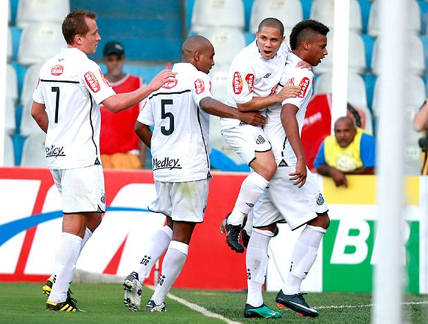Jogadores comemoram gol do Santos