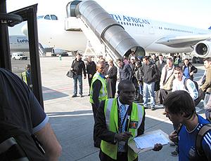 Passageiros desembarcam no Aeroporto de Joanesburgo