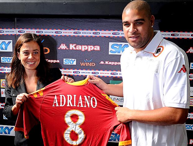Adriano e camisa 8 da Roma (Foto: AFP)