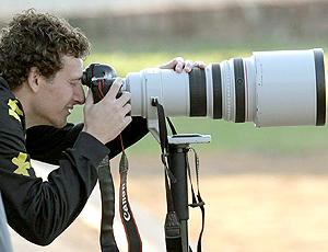 Elano brinca com câmera no treino do Brasil