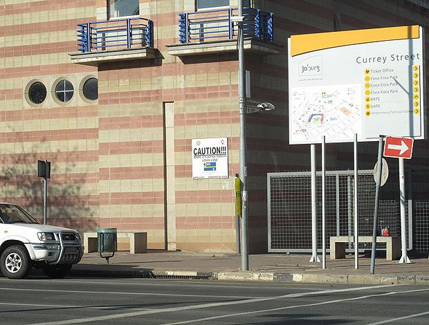 ellis park com placa de cuidado para assaltos na porta