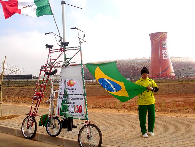 O brasileiro Elias de Souza Aguiar e sua bicicleta em Joanesburgo