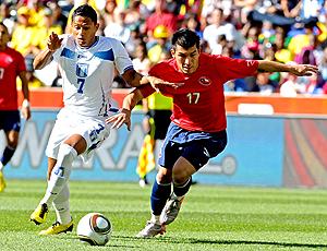 Gary Medel, Chile disputa bola Ramón Núñez, Honduras