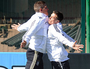 Bastian Schweinsteiger Marcell Jansen comemoração treino Alemanha