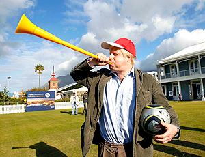 prefeito de londres Boris Johnson com a bola da copa vuvuzela