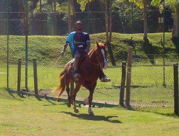 Carlos Alberto anda a cavalo em Mangaratiba