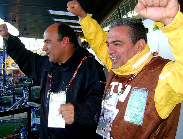 Torcedores gregos comemoram primeiro gol em copas