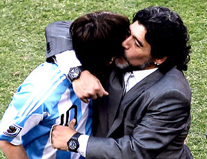 Maradona beijando Messi vitória Argentina