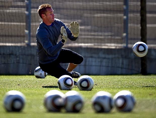 Goleiro Paston Nova Zelãndia treina com bola