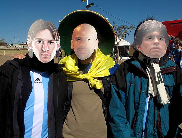 Torcedores Argentinos com máscara Messi, Veron, Maradona