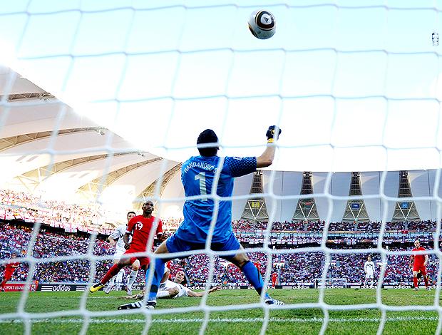 Defoe marca gol no jogo contra a Eslovênia