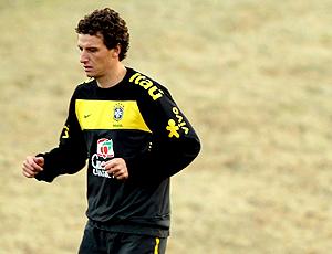 Elano sozinho no treino seleção brasileira