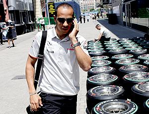Hamilton andando nos boxes no treino dia 24