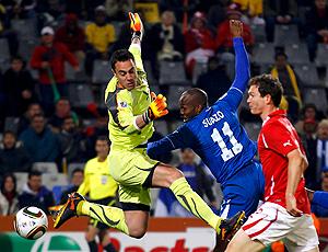 Suazo Honduras e Lichtsteiner Suiça disputam bola