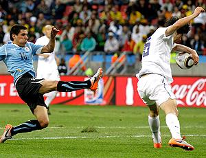 Ki Sung-yong bloqueia o chute de Maximiliano Pereira com a mão