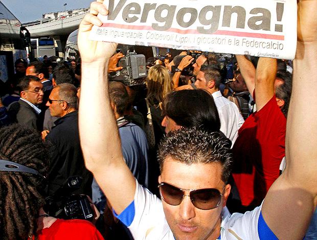 torcida itália protesto jornal vergonha