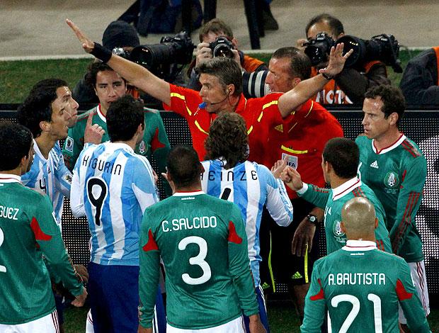 Lance do 1º gol da argentina, confusao com arbitro e  auxiliar