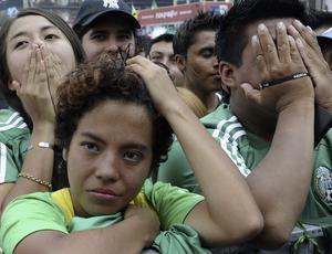 Torcedores na Cidade do México choram derrota para a Argentina