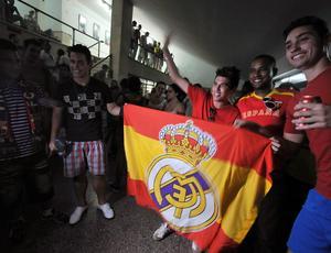 Cubanos exibem bandeira da Espanha com escudo do Real Madrid em cinema de Havana