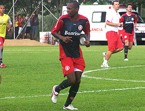 Wilson Mathias treino Internacional (Foto: GLOBOESPORTE.COM)