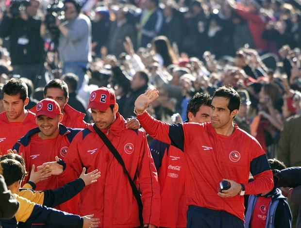 Claudio Bravo, Esteban Paredes, Ismael Fuentes, Humberto Suazo e Luis Marín acenam para torcedores chilenos em frente ao Palácio de La Moneda